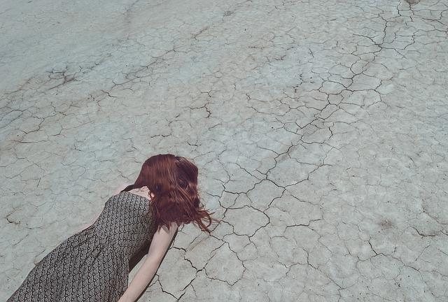 落ち込む女性